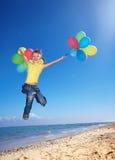 balony wyrzucać na brzeg dziecka bawić się zdjęcie royalty free