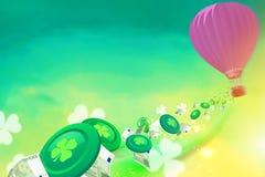 Baloon del aire caliente con los microprocesadores, los tréboles y los baloons del casino volando de Imagen de archivo libre de regalías