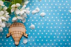 Baloon en bois d'air chaud sur le bleu Image libre de droits