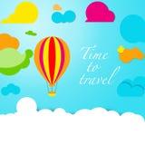 Baloon im Himmel umgeben durch Mehrfarbenwolken Lizenzfreie Stockfotos