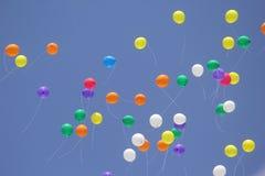 Baloon röd blå gul gräsplan 2 Arkivbilder