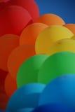 Baloons azules, rojos, verdes, anaranjados del aire Foto de archivo libre de regalías