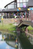 Baloons coloridos del helio en el puente que lleva   Imágenes de archivo libres de regalías