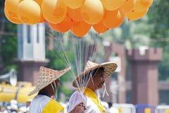 Baloons de Colourul que estão sendo levados por homens Foto de Stock Royalty Free