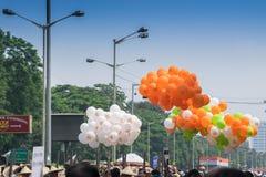 Baloons de Colourul sous le ciel bleu Photographie stock libre de droits