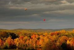 Baloons do ar quente sobre a paisagem da queda Imagens de Stock Royalty Free