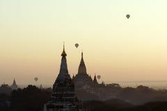 Baloons sopra le tempie di Bagan in Myanmar Fotografia Stock