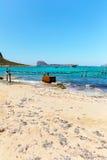 Balos海湾、桥梁和客船。克利特在Greece.Magical绿松石水域,盐水湖,海滩中  免版税库存照片
