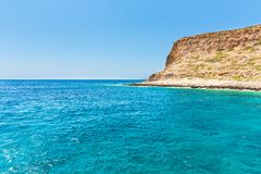 Balos海湾。从格拉姆武萨群岛海岛,克利特的看法在Greece.Magical绿松石水域,盐水湖,纯净的白色沙子海滩中。 库存图片