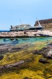 Balos海湾和客船。从Gramvousa海岛,克利特的看法在Greece.Magical绿松石水域,盐水湖,纯净的wh海滩中  免版税库存图片