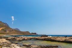 Balos海湾,克利特在Greece.Magical绿松石水域,盐水湖,纯净的白色沙子海滩中。 图库摄影