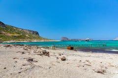 Balos海滩、桥梁和乘客Ship.Crete在Greece.Magical绿松石水域,盐水湖,海滩中  库存图片