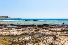Balos海滩。从格拉姆武萨群岛海岛,克利特的看法在Greece.Magical绿松石水域,盐水湖,海滩中 库存图片