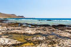 Balos海滩。从格拉姆武萨群岛海岛,克利特的看法在Greece.Magical绿松石水域,盐水湖,海滩中 免版税库存图片