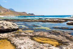 Balos海滩。从格拉姆武萨群岛海岛,克利特的看法在Greece.Magical绿松石水域,盐水湖,海滩中 图库摄影