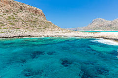 Balos海滩。从格拉姆武萨群岛海岛,克利特的看法在Greece.Magical绿松石水域,盐水湖,海滩中 库存照片