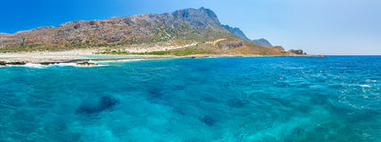 Balos海滩全景。从格拉姆武萨群岛海岛,克利特的看法在Greece.Magical绿松石水域,盐水湖,海滩中 免版税库存图片