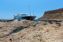 Balos海滩和客船。克利特在Greece.Magical绿松石水域,盐水湖,纯净的wh海滩中  免版税库存图片