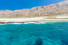 Balos海滩 从Gramvousa海岛,克利特的看法在Greece.Magical绿松石水域,盐水湖,纯净的白色沙子海滩中 不可思议的绿松石水,盐水湖 库存照片