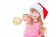 balowa śliczna dziewczyna throing złocisty kapeluszowy Santa Zdjęcia Royalty Free