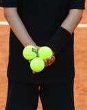 Balowa chłopiec trzyma Babolat tenisowe piłki przy Roland Garros 2015 Obraz Stock