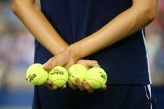 Balowa chłopiec trzyma tenisowe piłki przy Billie Cajgowego królewiątka tenisa Krajowym centrum podczas us open 2014 Obrazy Royalty Free