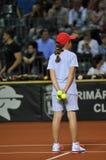Balowa dziewczyna w akci podczas tenisowego dopasowania Obrazy Stock