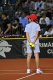Balowa dziewczyna w akci podczas tenisowego dopasowania Zdjęcia Royalty Free