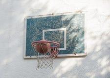 Balowa koszykówka iść przez nieociosanego starego obręcza z backboard Zdjęcie Stock