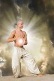 balowego chi energetyczny mienia mężczyzna ćwiczyć tai Zdjęcia Stock
