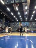 balowej koszykówki latający gemowy obręcz zdjęcia stock