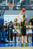 balowej koszykówki latający gemowy obręcz Fotografia Stock