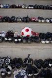 balowi buty dopasowywają starą piłkę nożną fotografia stock