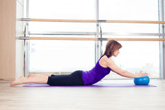 balowy sprawności fizycznej gym pilates stabilności kobiety joga Zdjęcia Stock