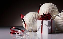 Bals de Noël avec le boîte-cadeau Images stock