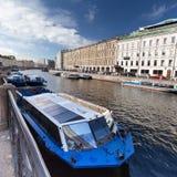 Balsa da água no canal em St Petersburg foto de stock
