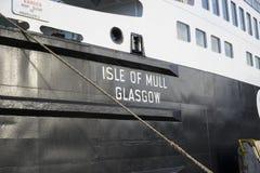 Balsa da ilha no porto fotografia de stock royalty free