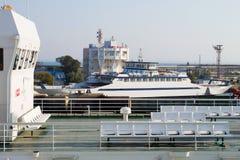 Balsa de automóvel de passageiros no terminal no porto Kavkaz Fotografia de Stock