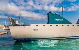 Balsa de Balearia no porto imagens de stock