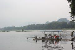Balsa de bambú en el GUILIN el río Lijiang Fotos de archivo libres de regalías