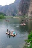 Balsa de bambú en el río Imagen de archivo libre de regalías
