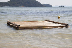 Balsa de bambú flotante imagen de archivo libre de regalías