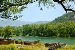 Balsa de bambú por el río Imágenes de archivo libres de regalías