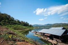 Balsa de bambú que flota en el río Fotos de archivo libres de regalías