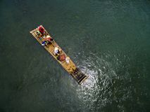 Balsa de bamb? en el r?o Lijiang en Guilin, Guangxi fotos de archivo libres de regalías