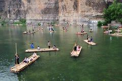 Balsa de bambú en el río Imágenes de archivo libres de regalías