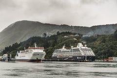 A balsa de Interislander e o navio de cruzeiros de Azamara em Picton abrigam Fotos de Stock