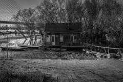 Balsa de la casa en el río Imagenes de archivo