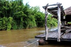 Balsa de madera en paisaje del río cerca del bosque de bambú imágenes de archivo libres de regalías