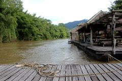 Balsa de madera en paisaje del río cerca del bosque de bambú foto de archivo